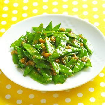 たっぷり食べられてご飯も進む「絹さやのみそ炒め」のレシピです。プロの料理家・吉田瑞子さんによる、絹さや、長ねぎ、にんにく、しょうがなどを使った、99Kcalの料理レシピです。