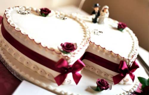 Heart shaped wedding cakes are incredibly romantic and a popular choice for the wedding couple. Here are some pictures of wedding cakes to wet your apetite.
