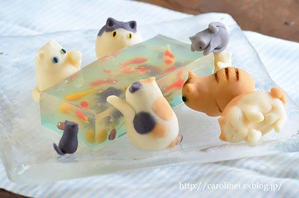 Gatos de caramelo intentando cazar peces en gelatina
