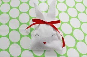 lembrancinha de páscoa com saquinho de feltro em forma de coelho recheado com ovos de chocolate. Passo a passo no blog.