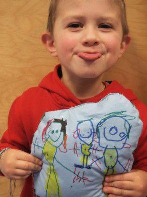 Petit artiste et sa création textile Zut! réalisée à l'atelier animé à la Ludothèque de Tourcoing.