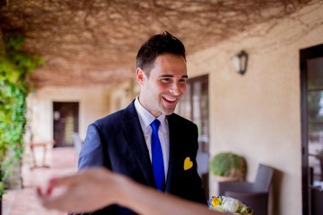 cravate bleue boutonnière jaune