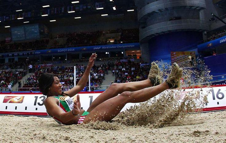 La atleta portuguesa Patricia Mamona participa en la fase clasificatoria de salto de longitud de los Mundiales de atletismo.