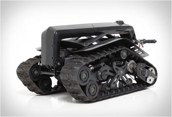 Este veículo todo-o-terreno é chamado de DTV Shredder, porque é um veículo com esteira dupla, e isso destrói qualquer superfície que você possa pensar! DTV é um mini tanque que montamos como um skate, e acho que isso