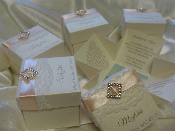 Kézzel készített dobozos esküvői meghívó     gyöngyházfényű ekrü vagy fehér papírból,  a doboz tetején csipke, rombusz vagy kör alakú strassz és szatén szalag díszítés, Meghívó felirat, a nevek és a dátum.    A legördülő listákból lehet kiválasztani a meghívóra a szalagszínt. A nyomtatás színe szalag színéhez igazodik,megrendeléskor kérném jelezni.A megjegyzésben kérném megírni a választott strassz formáját.    Minimális rendelési mennyiség:    1 db