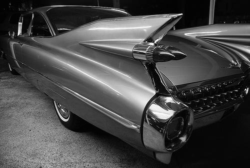 Cadillac 1959  Le linee patinate e appariscenti della Cadillac del 1959  costituivano un nuovo traguardo nel design dell'era  dei jet. Osservando l'auto da dietro la forma   aerodinamica dalle pinne ben visibili, il paraurti  cromato e i fanalini appuntiti a proiettile  ricordavano nell'insieme un razzo in volo.  La Caddy del 1959 decappottabile e la berlina divennero subito dei classici e degli status symbol  per la generazione americana del dopoguerra.