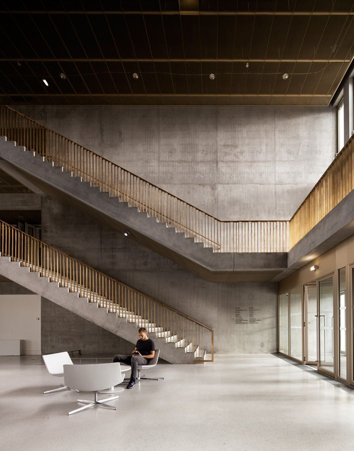 a f a s i a: David Chipperfield Architects interieur lounge inkom trap borstwering leuning goud beton school museum kantoor