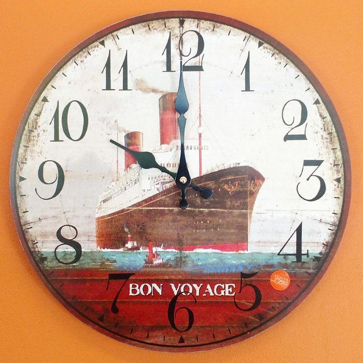 Relógio de Parede Navio Bon Voyage - 33.8x33.8cm - Relógio de parede com base em MDF cortado a laser e estampado. Ponteiro de minutos com movimentos contínuo a cada segundo. Dois ponteiros: Minuto e Hora Mecanismo: Step Material MDF estampado Alimentação 1 pilha AA 1.5v Suporte para pendurara moldura na parede. Tamanho:33.8x33.8cm