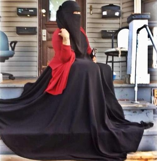 The abaya must be super duper wide. Looks cool.