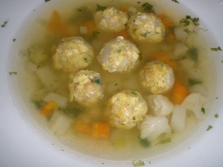 Vaječné knedlíčky Uděláme míchaná vajíčka na cibulce a másle.Necháme vychladnout,přidáme syrové vajíčko,nasekanou petrželku,sůl,pepř,jarní cibulku a utřený česnek...můžem přidat nasekanou šunku nebo nastrouhat sýr. Zahustíme strouhankou a tvoříme kuličky,házíme do vroucí vody.Když vyplavou,tak je vyndáme na talíř a zalijeme vývarem se zeleninou.