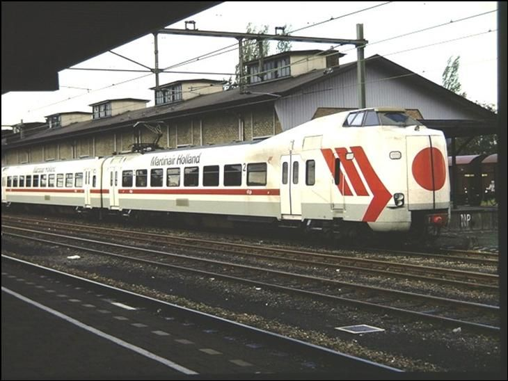 De koplopers 4011 (KLM) en 4012 hierboven Martinair zijn speciaal voor de opening van de schipholtunnen omgespoten. Hier in Enschede op spoor 7 opgesteld. De Van Gent en Loos loods op de achtergrond is er al niet meer. 1986