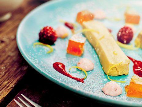En lyxig pannacotta med smak av lakrits. Serveras med citrongelé, hallonmousse och hallonsås. Recept från kokboken Sveriges mästerkock.