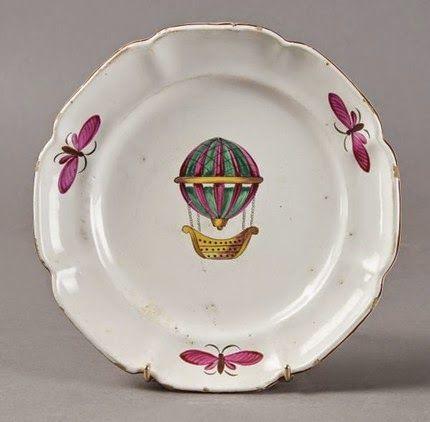 Art lorrain - Assiette au ballon en faïence des Islettes trois papillons sur l'aile - XIXe s.   Pescheteau-Badin - Paris