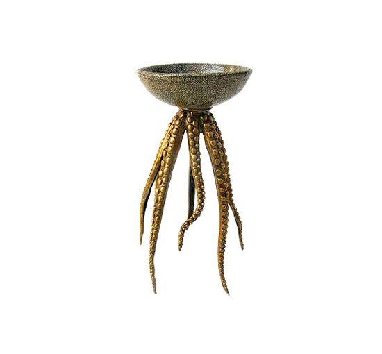 Vackert arbetad ljusstake, där inspirationen till dess utseende hämtats ur havet. Med porslinsdel och ljushållare formgiven som en mindre skål och ben i metall formade som bläckfiskarmar, blir detta en unik detalj som sätter personlig prägel på hemmet. Kan användas både som ljusstake till värmeljus/kronljus eller som förvaring till smycken och mindre accessoarer. Ljusstaken som också går under namnet Octopus Candleholder finns i fyra olika utföranden, både för kronljus eller…