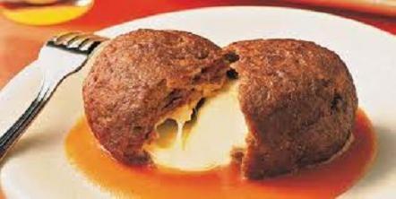 Ingredientes:  - 600g de carne moída  - 1 pacote de sopa de cebola  - 1 ovo  - 1/4 de xícara (chá) de cheiro-verde picado  - 100g de mortadela moída  - 100g de presunto em fatias  - 200g de queijo mussarela fatiado  - 1 colher (sopa) de margarina  - Sal e pimenta-do-reino a gosto