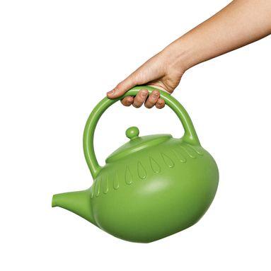 Geef jij je planten thee te drinken? Nee joh dit is mijn theepot-gieter gevuld met lekker koud water, daar houden planten van!