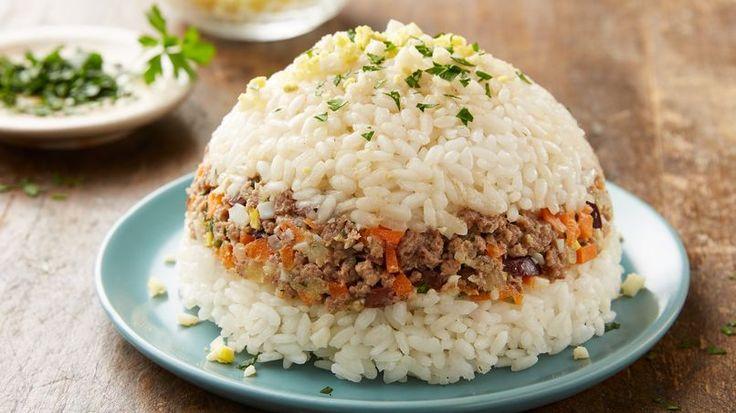 """El arroz tapado es uno de los platos peruanos más populares y sencillos de preparar. Se le llama """"tapado"""" por su curiosa presentación en forma cilíndrica, lo que lo hace lucir más complicado de lo que realmente es. Los ingredientes que lleva varían dependiendo de la preferencia de cada uno. Eso es lo lindo de este platillo, que no existe una única manera de prepararlo. ¡Te presento mi versión favorita!"""