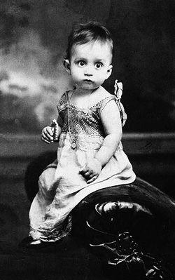 Nació el 6 de marzo de 1927 en Aracataca, Colombia. Hijo de Gabriel Eligio García y de Luisa Santiaga Márquez Iguarán