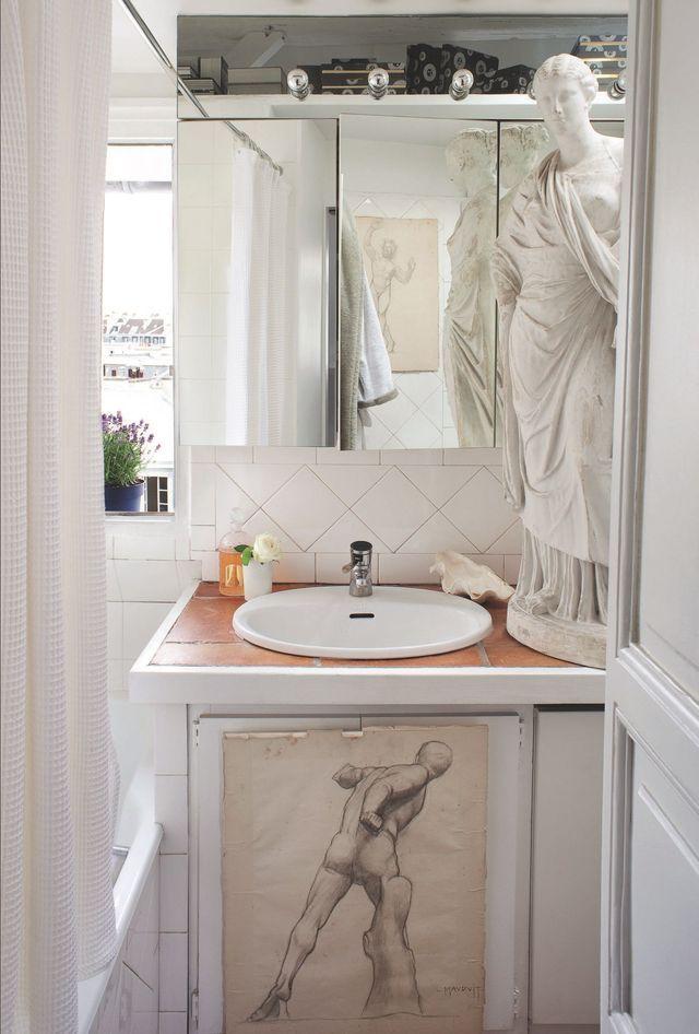 La petite salle de bain voue un culte au corps, embellie d'une statue Directoire et de dessins des années 1940.