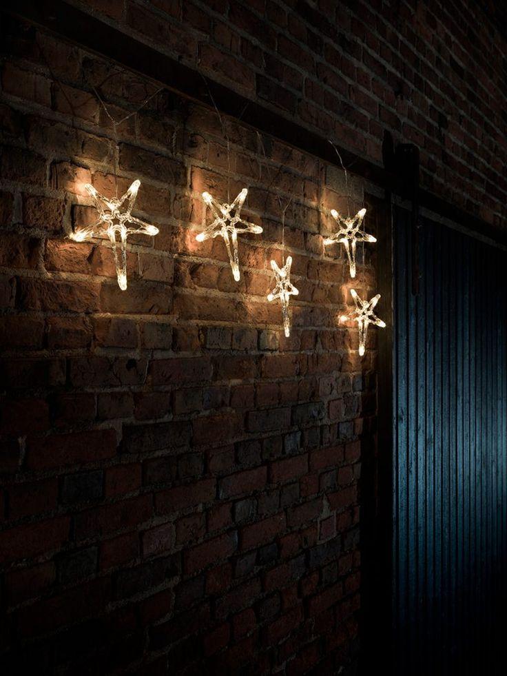 Utendørs LED slynge med 40 varmhvite lys fra Konstsmide. Slyngen har 5 femkantene stjerner i akryl som vakkert vil pynte opp husvegg eller hage. Du kan såklart også bruke slyngen innendørs.