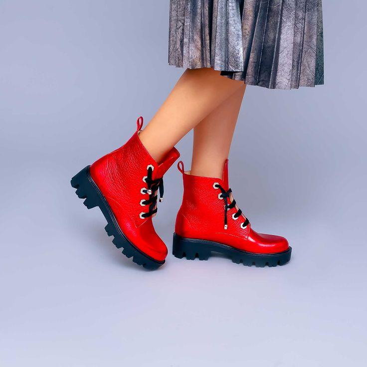 Ghetele de damă Mineli Lana Rouge din piele naturală roșie sidefată sunt perfecte pentru sezonul…
