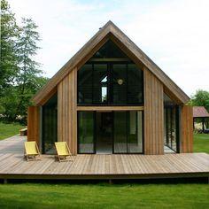Construite en ossature bois, elle a été conçue pour disparaître dans le paysage, comme un bâtiment agricole et se distingue par un mur pignon fermé au nord et très ouvert au sud.