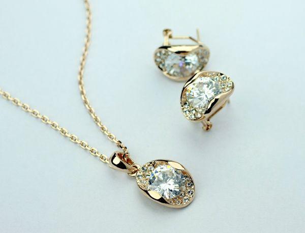 Set bijuterii placate cu aur 18k, cristale Swarovski si diamante artificiale, fin si elegant.