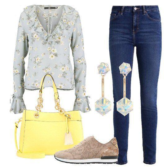Jeans con vestibilità slim, alla caviglia, camicetta blue con colletto con rouches in fantasia floreale, borsa a mano light yellow, sneakers basse in pelle con parte superiore con effetto scamosciato e orecchini abbinati. Deliziosa per affrontare qualunque impegno della giornata.