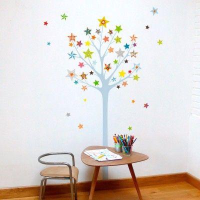 Ce sticker arbre à étoiles de la marque Série-Golo apporte un décor ludique et coloré à la chambre d'un enfant.