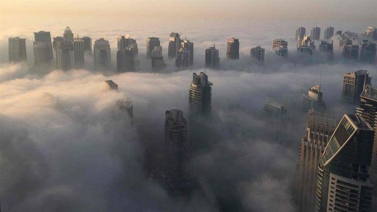 La niebla cubrió los rascacielos de Dubai. Foto: AFP
