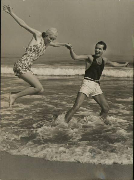 """Vintage Beach Photo+++ يا لك من شنقيط ! حبظلم ! أ ُبظ عينك و اكون مِكارمك ! هل صَدفت !العتاريفُ ؟  يا غلام !  آه ياغَلى منك و من قلوظة عِمتك ! حِلُّوها شويه يا سلفيه !  المعنى فى بطن الشاعر ... بمغَص +++ يا مين يقول لى قهوه  +++ عايزه قماشه  مخططه """"أُسكت ماسكتشى"""" SCOTCH PATTERN KILT +++ حقك عليا !  ما تزعلش !  إمسحها فى دقنى !  إدينى راصك !  أبوسها ! و اهى غلطه و مش حتعود !  وإن عدت دى المره هاتوا المر و إسقونى ! IT WON'T HAPPEN AGAIN !  +++ و دى بقى  سيادتك عرفتها لوحدك ؟ و الا حَد سبقك…"""