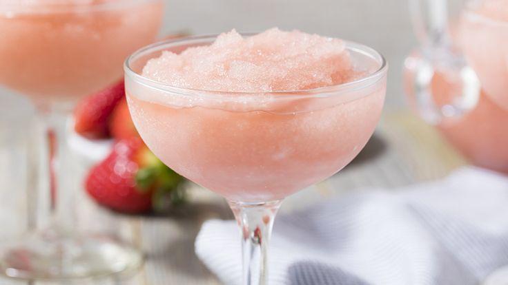 """Frosé betyder precis som det låter """"frozen rosé"""" och är sommarens hetaste drink."""