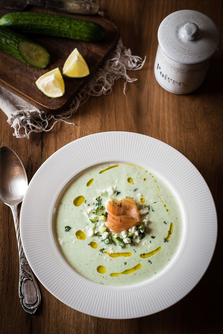 Kalte Joghurt-Gurken-Suppe mit Feta und Räucherlachs