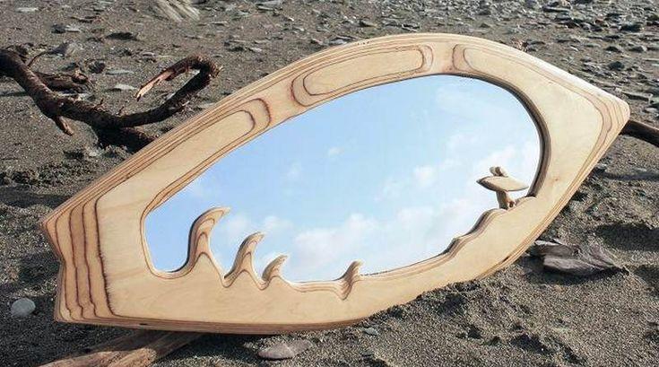 Prancha de surf como moldura para espelho