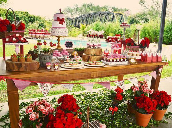 Para comemorar o primeiro aninho da Elisa a Invento Festa (clique) criou um piquenique em vermelho e branco cheio de charme! Além das toalhas estendidas nos gramados, a mesa de doces foi toda montada com flores vermelhas. os doces tinham o formato de frutas e tortinhas, como manda um piquenique!!! Ficha Técnica: Docinhos, cupcakes, pães …