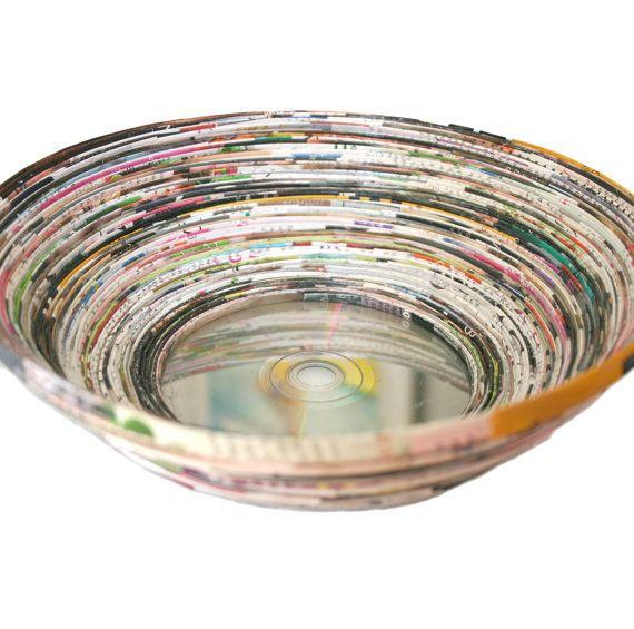 Reciclado de papel en espiral un tazón reciclado revista CD