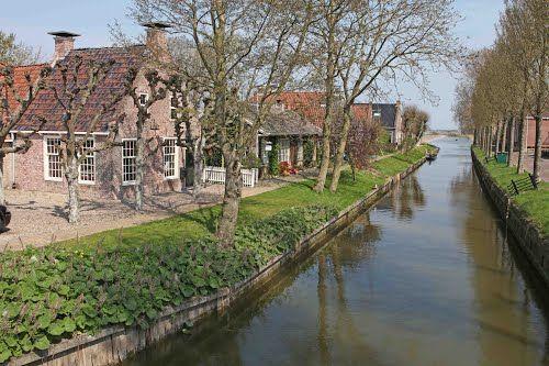 Het dorpje oude leije maakt deel uit van de noordelijke elfstedenvaarroute elfstedensfeer in - Noordelijke deel ...