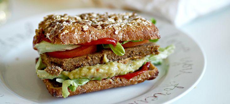 Ainon tarinoita treenaamisesta -blogin Ainon kehittelemä Kauraburger syntyy yhdistämällä Vatsaystävällinen Kaura härkäpapuun ja muihin herkullisiin täytteisiin. Tämä täyttävä välipala on helppo tapa lisätä kasviksia ruokavalioon ja saada energiaa päivän koitoksiin. Jokainen voi täyttää hampurilaisen omilla suosikeillaan kuten tomaatilla, salaatilla, avokadolla tai paprikalla. Vain mielikuvitus on rajana.