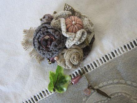 Magnifique broche qui allie les fleurs, réalisées au crochet en coton fin, à de multiples perles (habillées de petites coupelles fleurs). J'y ai également ajouté des feuille - 20344563