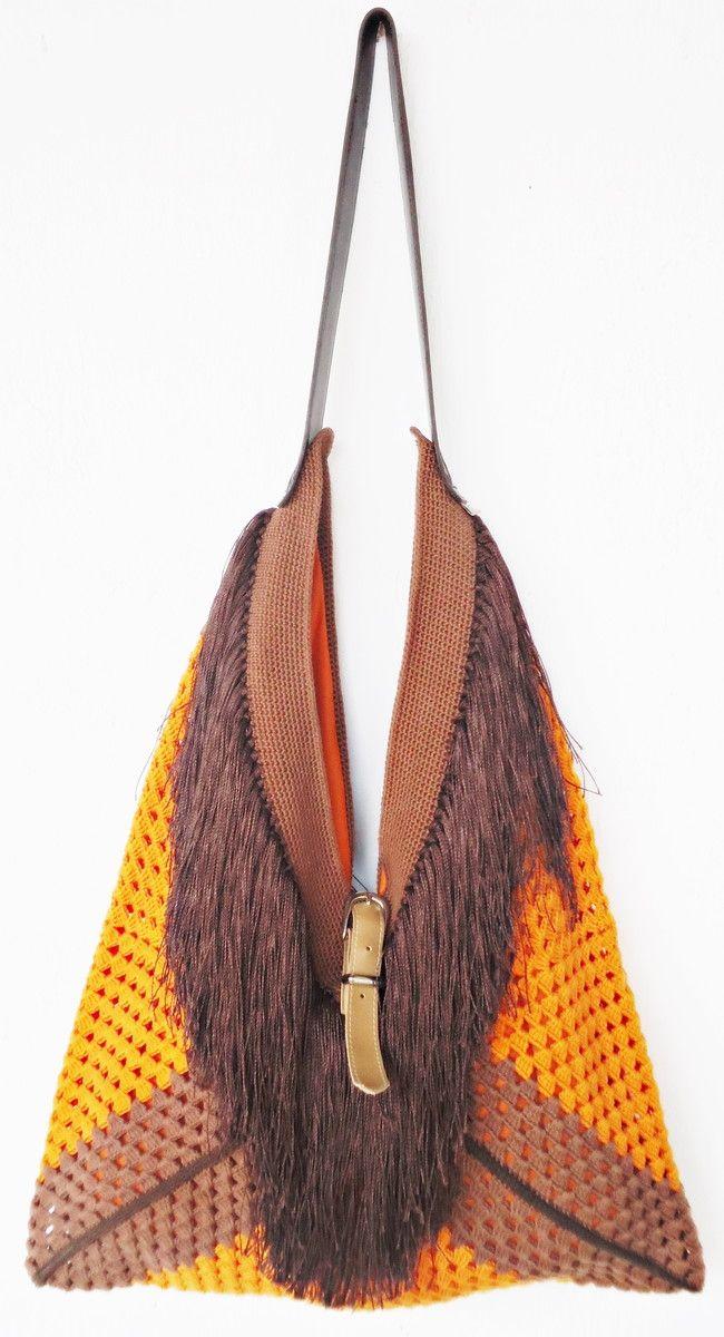 Bolsa de crochê MAXI confeccionada artesanalmente com linha Bella da Pingouin, algodão 100% mercerizado. Forrada com gabardine. Costura reforçada. Alça em korino. <br>Criação e Montagem  Gladys Carneiro. PEÇA EXCLUSIVA SÓCROCHÊ!