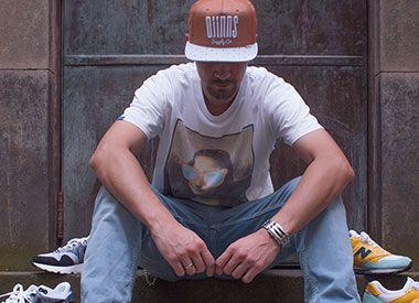 """Franz Bauer arbeitet seit Jahren in der Streetwear und Sneaker Branche. Der Sales Agent arbeitet unter anderen fürDjinnsund sammelt schon seit geraumer Zeit Turnschuhe. Man kennt ihn zudem von diversen """"Camp-Outs"""", Sneaker Conventions, oder aus diversen Facebook Gruppen, wo er unter dem PseudonymSchuhmuckl aktiv ist. Lest selbst, welchem Grailer aktuell hinterher jagt und welcher Schuh…"""