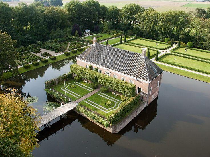 Nog voor 1400 werd Verhildersum gebouwd als steenhuis; een bouwwerk van ongeveer 7 bij 11 meter, met muren van wel één meter dik. Een steenhuis had vaak een vierkante bouw en was bedoeld als vluchttoren voor levende have, de oogst en de familie bij aanvallen. Lees meer over de geschiedenis van deze borg in Leens op: http://www.deverhalenvangroningen.nl/alle-verhalen/de-borg-verhildersum-en-haar-machtige-vrouwen