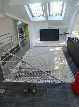 Una red para vivienda puede ser una muy buena solución para mantener la seguridad en el hueco de la escalera...y además podemos aprovechar el espacio para relajarnos...o una plaza para dormir para algún amigo nuestro!  http://cama-elastica.com/habitation.php: