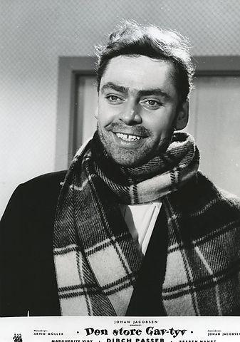 som Mathiesen ejer af ' Skildpadden' I Nyhavn, i Den store gavtyv fra 1956.