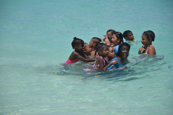 Bambini che fanno il bagno ad Shoal Bay East Anguilla Caraibi