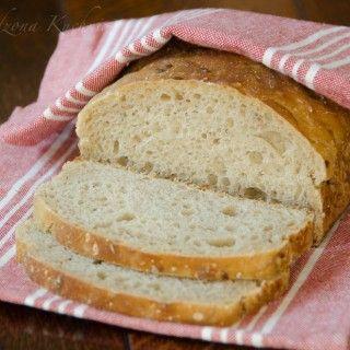 Szybki, łatwy i bardzo smaczny chleb z dużą ilością ziarenek słonecznika, siemienia lnianego, pestek dyni i sezamu. Jest to chleb na drożdżach, więc jego przygotowanie nie jest czasochłonne. Wystarczy wymieszać składniki i odczekać czas jaki potrzebny jest na wyrośnięcie chleba. Jest wilgotny, sprężysty i smakuje fantastycznie ze wszystkimi dodatkami. Jest to jeden z naszych ulubionych...Read More »