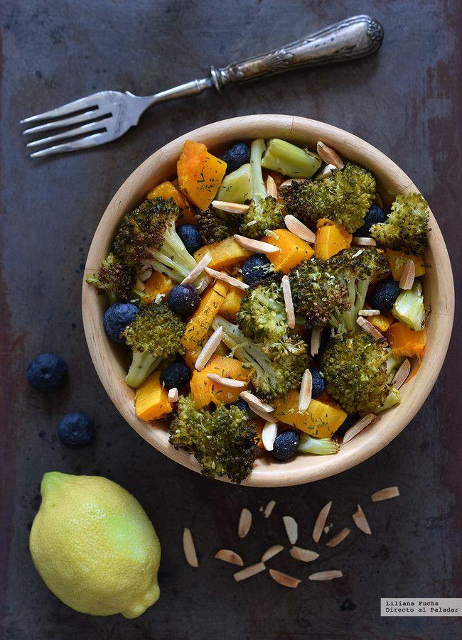Calabaza asada con brócoli crujiente arándanos y almendras. Receta vegana ligera y versátil