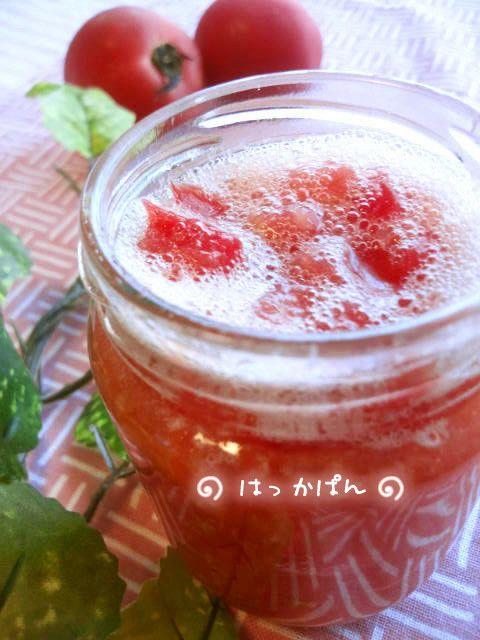 塩レモンの次は「塩トマト」!? ☆完熟トマトの消費に困ったらお試しあれ♪ 世に氾濫する全ての塩トマトのルーツ、元祖塩トマトの作り方です。 薄荷パン 薄荷パン 591 つくれぽ レシピを共有 つくれぽを送る Icon myfolder recipe add レシピを保存 材料 トマト 大1個(200gくらい) ☆塩 20g(トマト重量の10%) ☆蜂蜜 10g ☆にんにく(すりおろし) 1片 プレミアムサービス カロリー・塩分を計算 作り方 1 写真 トマトは5~10ミリ角に刻む。 まな板シートの上で切って、汁も無駄なく使いましょう。 2 写真 トマトをボウルに入れ、☆の材料と混ぜる。 3 写真 瓶に入れ冷蔵庫で1晩寝かしたくらいから使えます。時々瓶を振って混ぜると良いです。 4 写真 塩と蜂蜜の防腐効果で1週間くらいは日持ちします。(冷蔵)それ以上は試して無いのでわかりません。 5 塩レモンのように調味料として使えます。 豚肉100gに対し大さじ1の割合でもみこんで焼くと美味しいです。 6 冷ややっこにかけても美味しかったです。 その他の使用法は、只今研究中… 7 7/6追記…