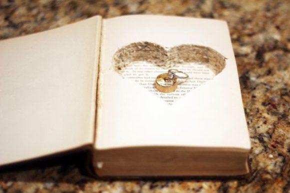 Bonitas ideas para llevar los anillos de boda con elegancia y originalidad.