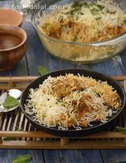 A reminder of the opulence of the Nawabs, the Kabuli Chana Kofta Biryani is a royal treat that pampers you with every mouthful!